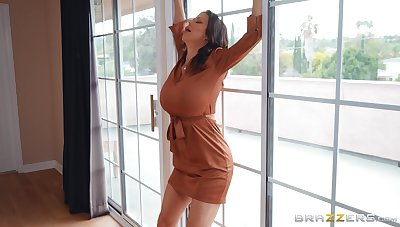 Busty pornstar Alexis Fawx eats cum from mirror after hot sex