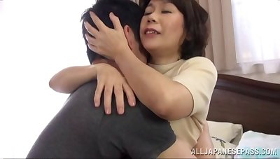 He takes a Japanese milf wide bed and satisfies her cunt