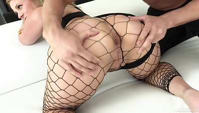 Prex bootylicious nympho in fishnet lucubrate Lisey Sweet loves hard anal