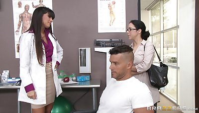 Sexy contaminate Mercedes Carrera sucks a dick of her patient and gets fucked