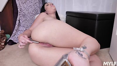 Unclad pussy of curvy MILF Megan Maiden is made for some masturbation