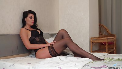 Alluring housewife Milena is jilling off her pussy